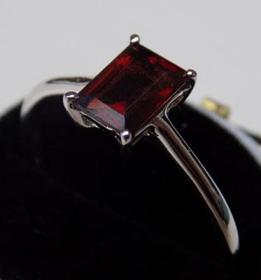 Sterling 925 silver garnet solitaire ring - approx. size P 1/2
