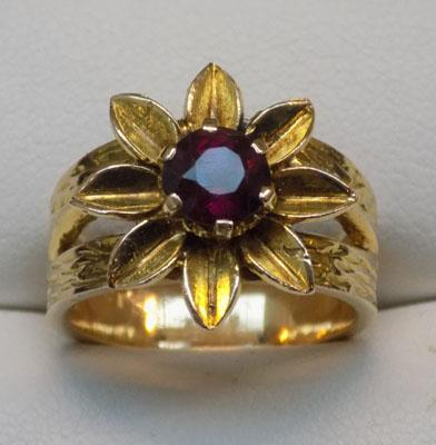9ct Gold large heavy solitaire Garnet flower ring, size M1/2