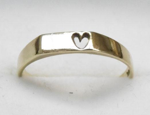 9ct Gold ring with a cut out heart shape size L1/2