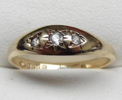 9ct gold white stone triolgy ring, size O