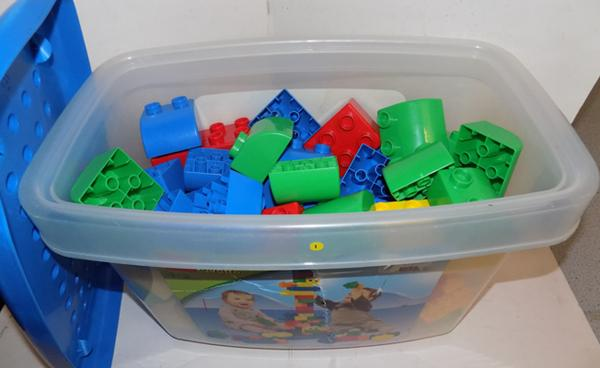 Lego quatro container with 86 pieces