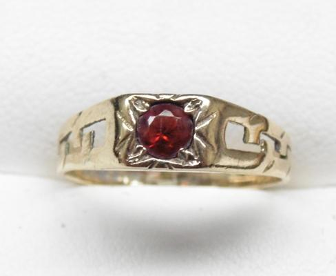 9ct gold garnet ring, size M 1/2