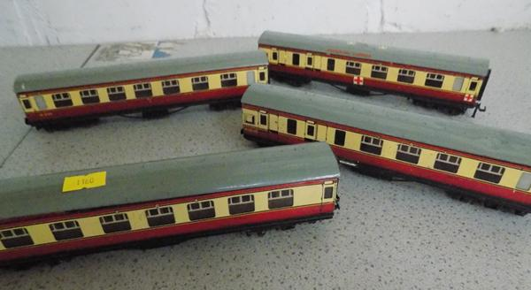4x Hornby tin plate 00 gauge carriages