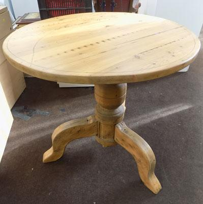 Round tri-legged solid pine table
