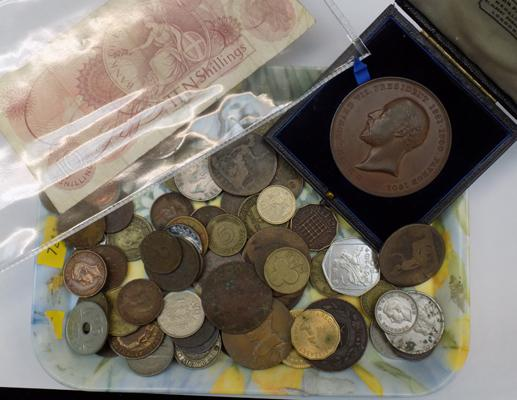 Tray of mixed coins & note