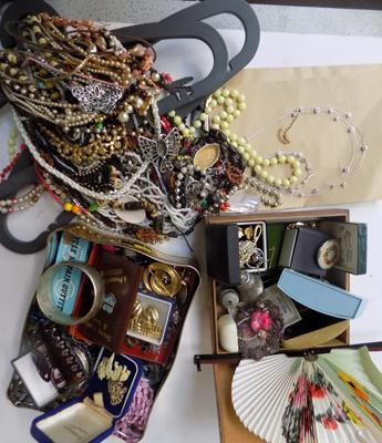 Tin of mixed costume jewellery & large selection of vintage costume necklaces
