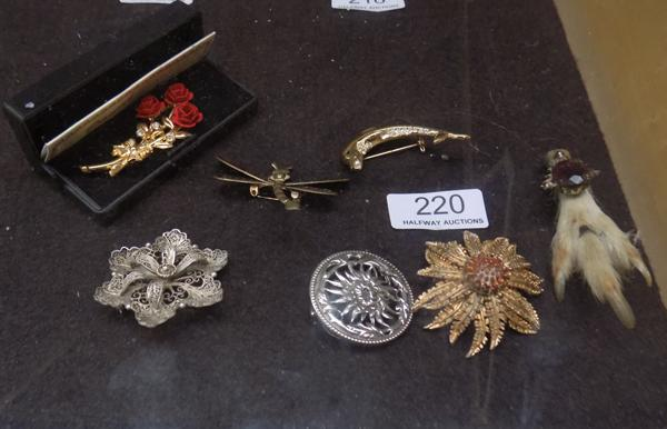 Seven vintage brooches