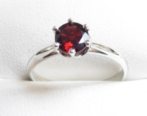 9ct White gold garnet solitaire ring size N