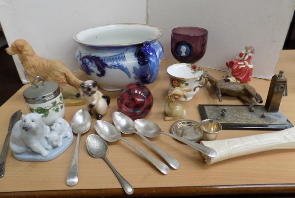 Box of mixed collectables inc Doulton, Wedgwood, Beswick