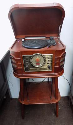 Retro style Hi-Fi with stand & record player