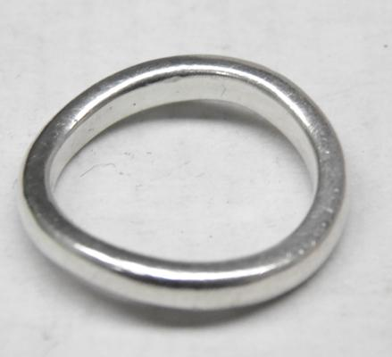 Unusual silver bent band ring - Size approx N 1/2