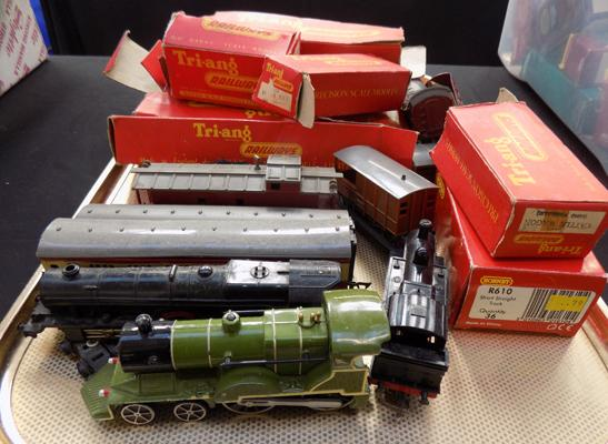 Selection of Tri-ang boxes, carriages and engines
