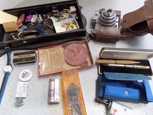 Tray of collectables incl; pens, keys etc