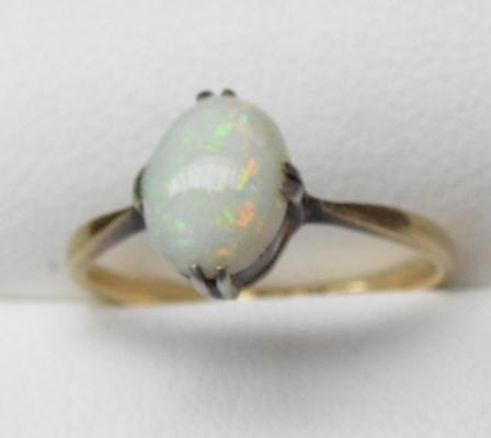 18ct Gold Opal ring - Size K 1/2