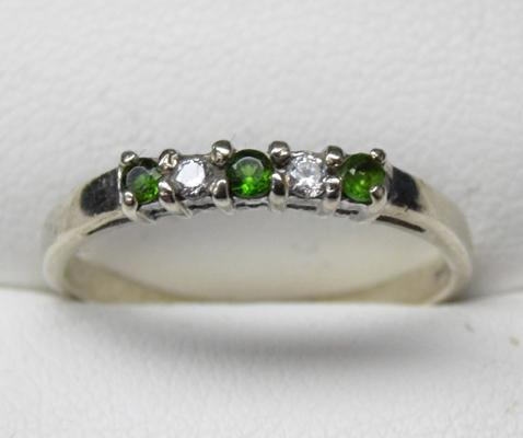 9ct white gold green and white stone ring - size R 1/2