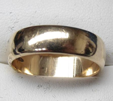 9ct gold heavy wedding ring - size V