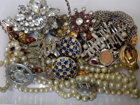 Selection of vintage costume jewellery incl: brooches