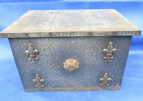Vintage log box with fleur de le