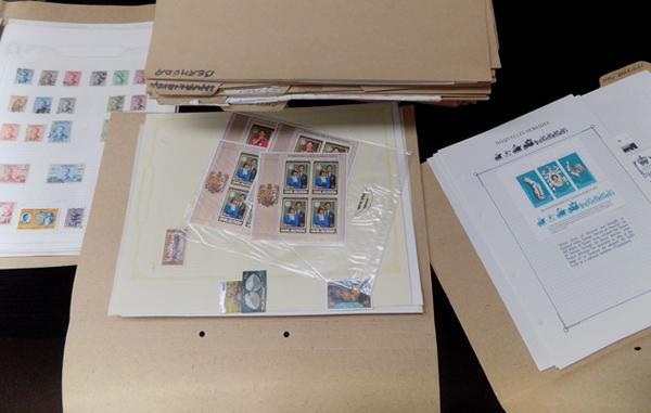 Approx. 60 folders of commonwealth world stamps