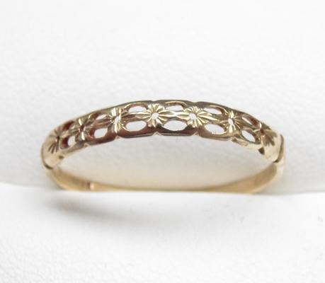 9ct gold diamond cut, patterned ring, size S