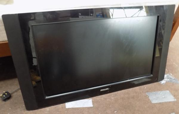 "Phillips 32"" flat screen TV + wall bracket"