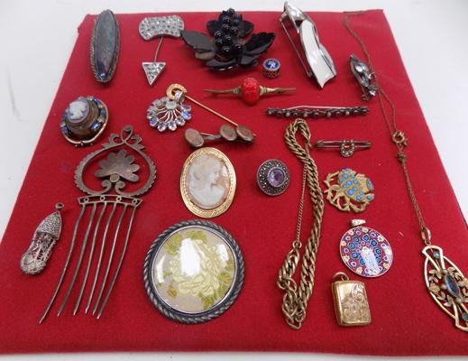 Collection of vintage brooches & others