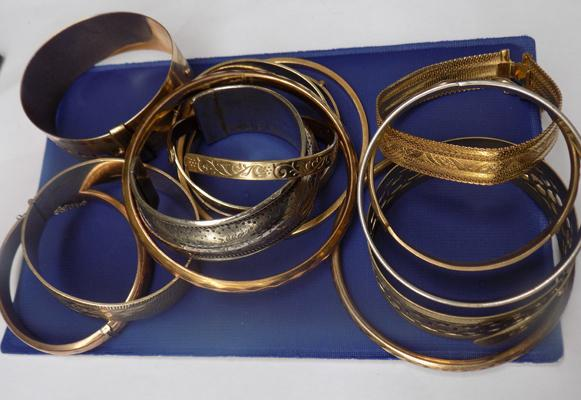 Mixed tray of bangles