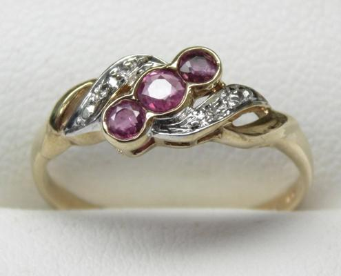 9ct gold ruby & diamond ring, size N