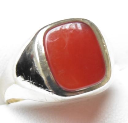 9ct gold carnelian signet ring, size R 1/2
