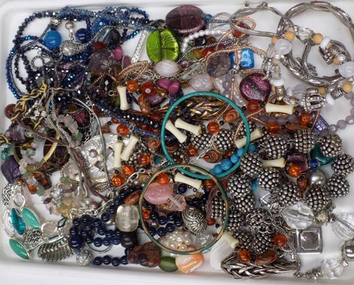 Tray of costume jewellery, incl. gemstone jewellery