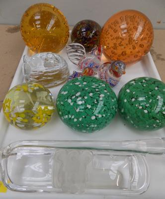 Tray of mixed glass incl. paper weights