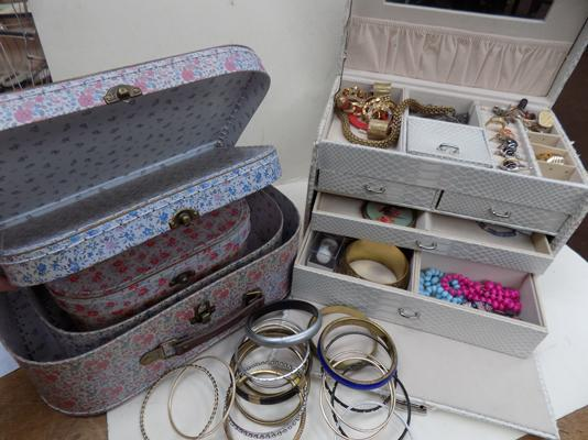 4 vintage jewellery boxes with jewellery incl. rings and 28 bangles