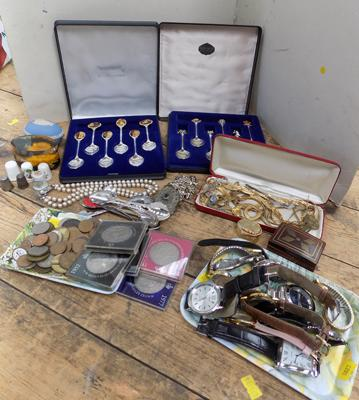 Selection of collectables inc vintage watches & jewellery etc