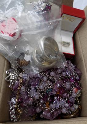 Box of mixed costume jewellery