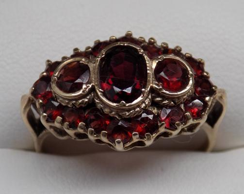 9ct gold ring with garnets approx size X
