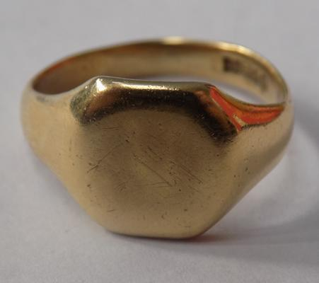 9ct gold signet ring - 6.6g