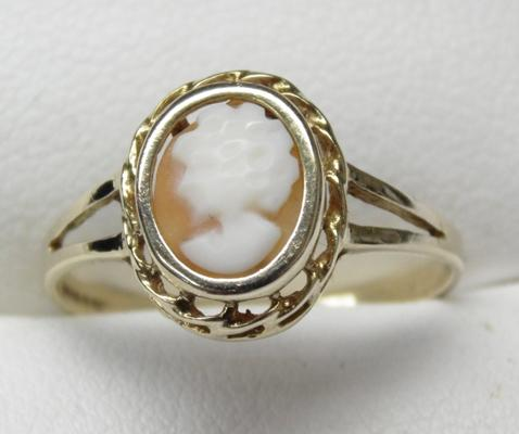 9ct gold cameo ring, size P 3/4