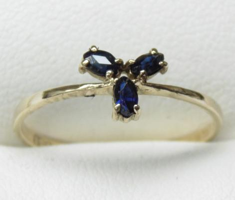 9ct gold sapphire trilogy ring, size O 1/2