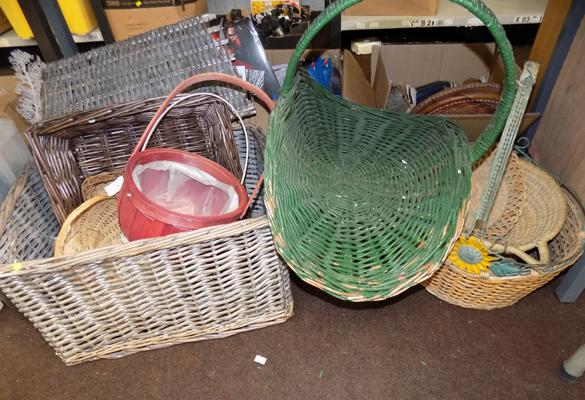 Large selection of wicker baskets (10)