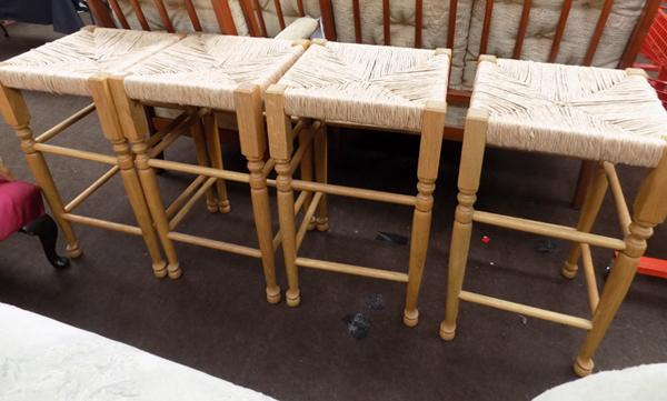 4 Ratton bar stools