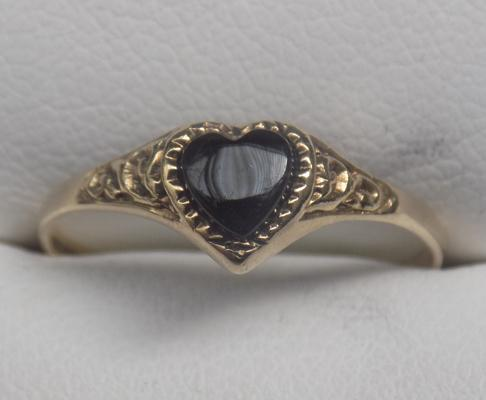 9ct gold and black onyx heart ring - size approx. P