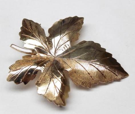 9ct gold mapel leaf brooch