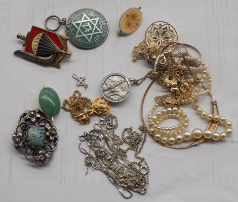 Selection of costume jewellery incl. silver