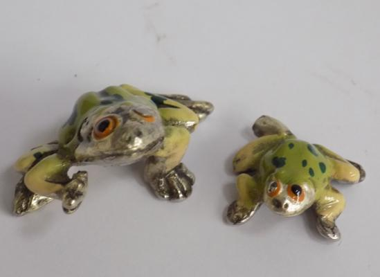 2 enamelled frogs