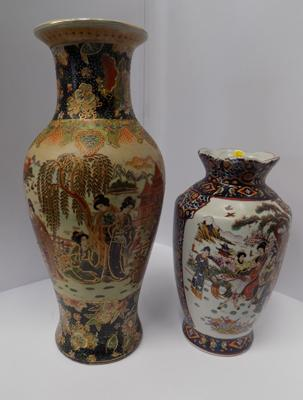 2 Japanese decorated vases