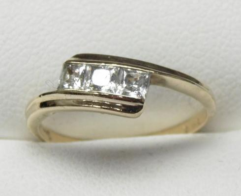 9ct gold trilogy ring princess cut with white stones size L1/2