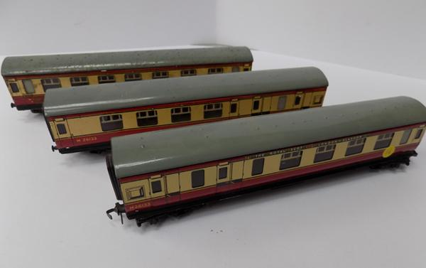 3 tin plate Hornby Dublo carriages - the Royal slot