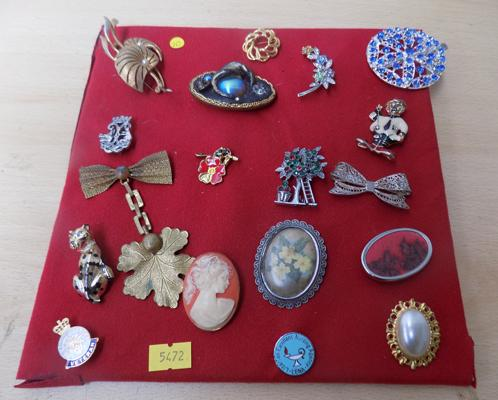 Selection of vintage brooches & pin badges, with emerald, ruby & turquoise stones & some enamel