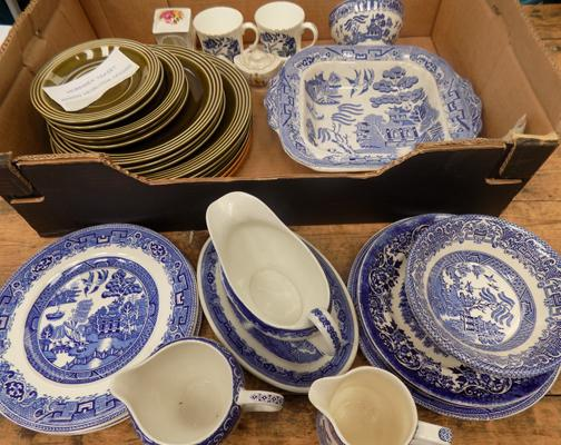 Box of Hornsea plates + blue & white part dinner service