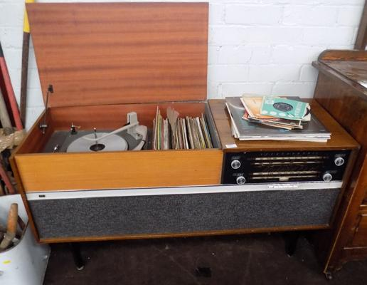 Sterephonic record player and radio with records (faulty hinge)